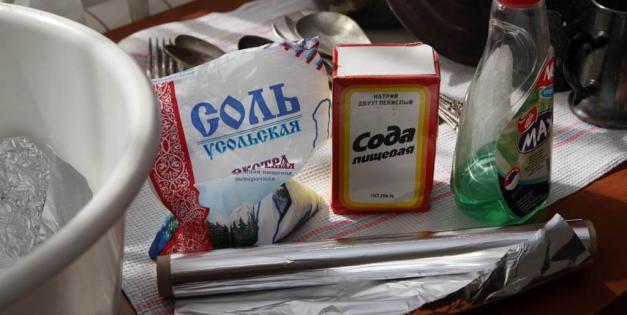 Практичные советы домохозяек: как почистить диван содой