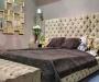 Бежевая двуспальная кровать в интерьере спальни