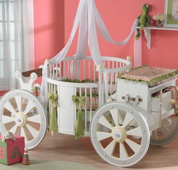 Детская кроватка в виде кареты