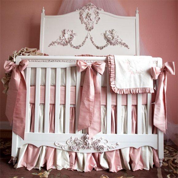 Детская кроватка в розовом