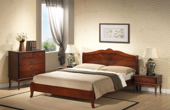 деревянная кровать с красным оттенком