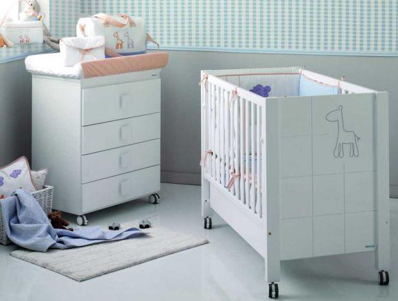 Детская кровать с белыми бортами