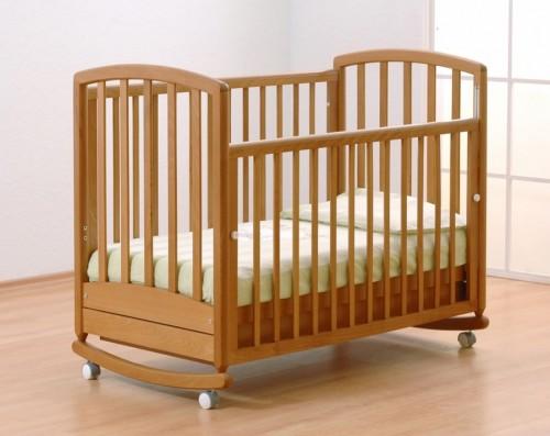 Деревянная кроватка для малышей