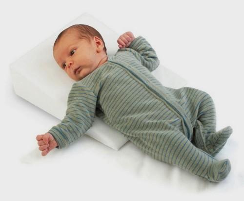 Ребенок спящий на подушке