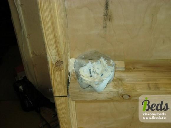 Заделываем стыки коробки в кровати