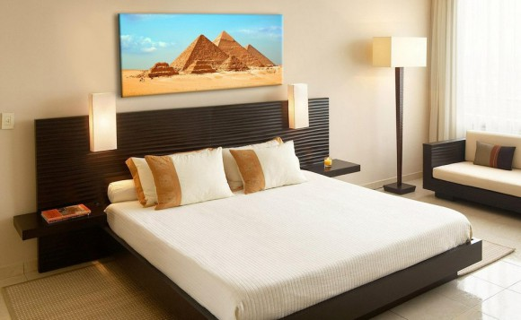 Интерьер спальни с картинами
