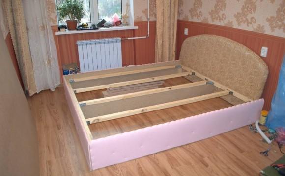 Поролоном обтягиваем каркас кровати