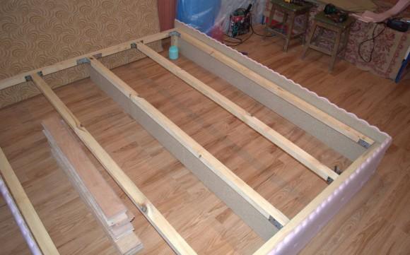 Сантиметровый поролон на каркасе кровати