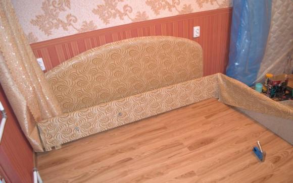 Натягиваем и разглаживаем ткань на каркасе кровати
