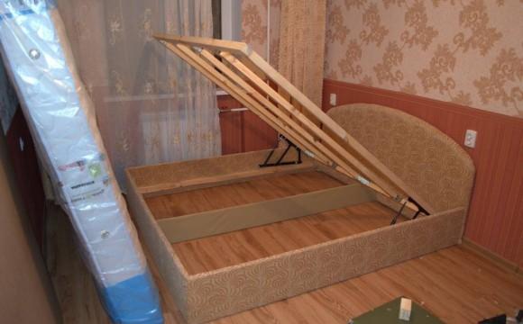 Проверяем подъемные механизмы кровати