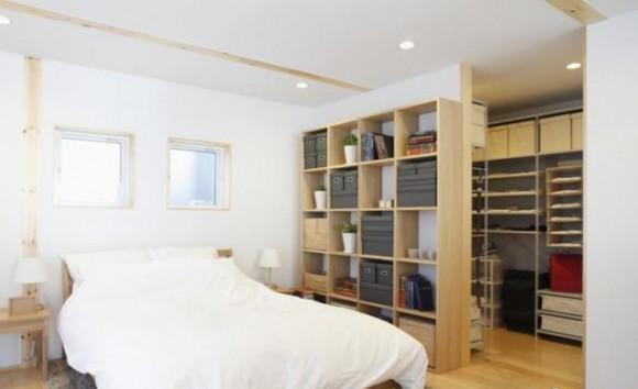 Гардеробная отделена стеночкой от кровати