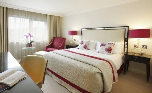 Роскошная кровать в спальне