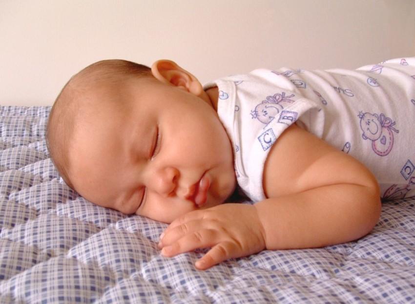 Малыш на своем удобном матрасе