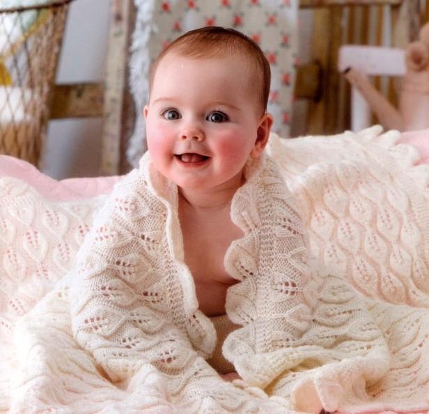 Ребенок радуется своему новому пледу