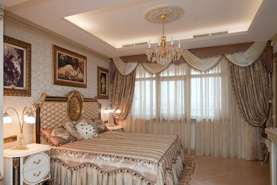 Спальня с видом на окно